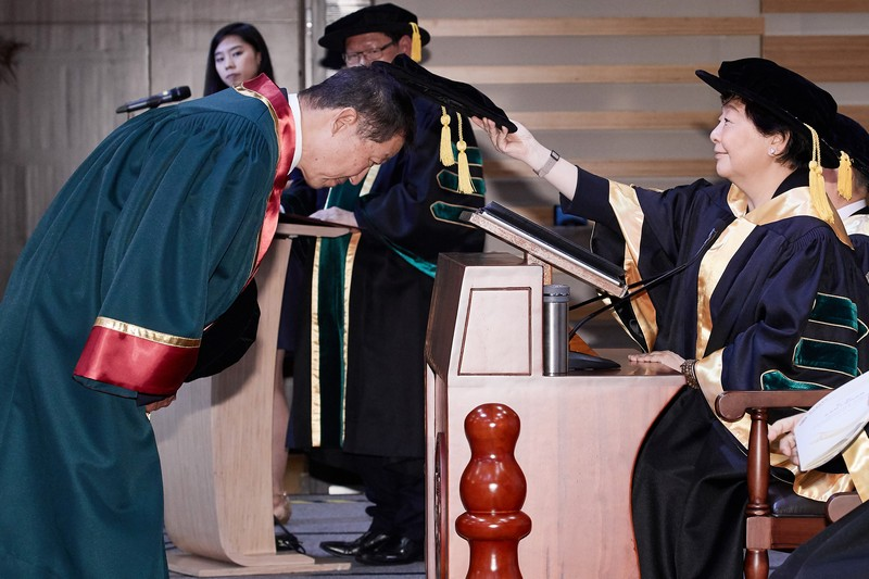 Board Chairman Ms Rose Lee conferring the Honorary Fellowship on Mr David Lai Ho