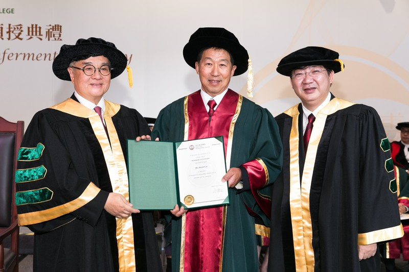 Council Chairman Dr Moses Cheng and President Simon Ho presenting the Honorary Fellowship certificate to Mr David Lai Ho