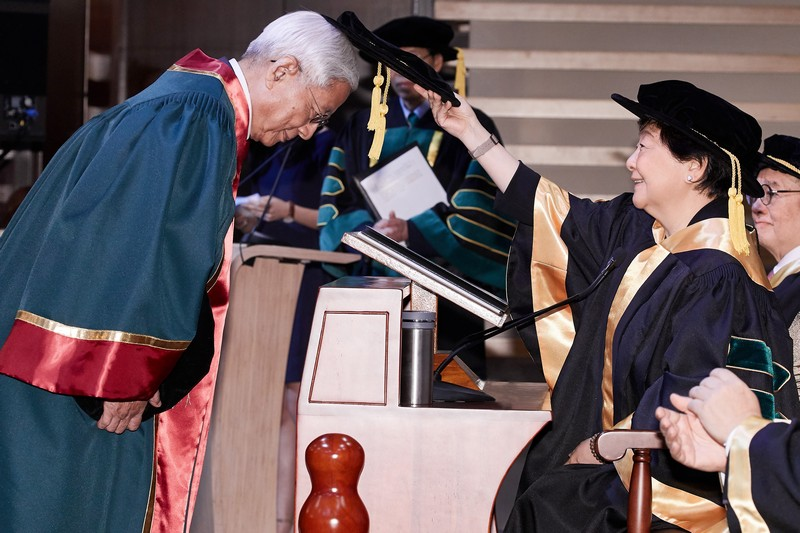 Board Chairman Ms Rose Lee conferring the Honorary Fellowship on Mr Samuel Lam