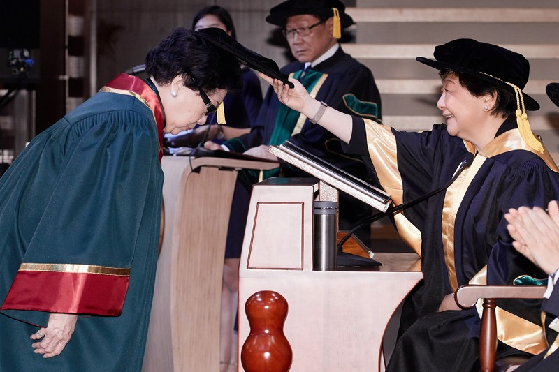 Board Chairman Ms Rose Lee conferring the Honorary Fellowship on Mrs Helen Lee