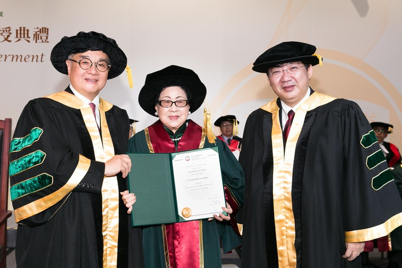 Council Chairman Dr Moses Cheng and President Simon Ho presenting the Honorary Fellowship certificate to Mrs Helen Lee