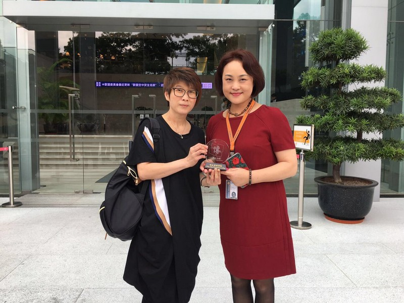 Ms Eileen Chua, SCOM Senior Lecturer (left) presented a souvenir to Ms Li Wei.