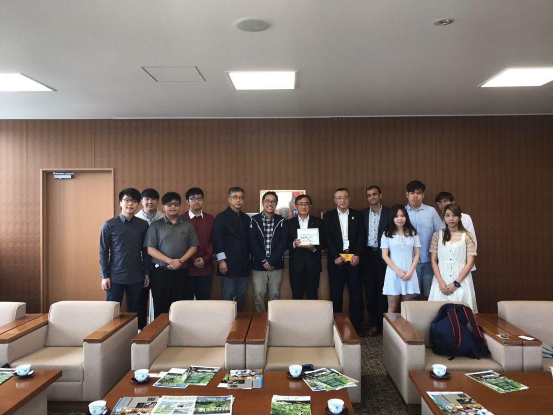 Meeting Kunisaki Mayor Akifumi Mikawa at the City Government Office.