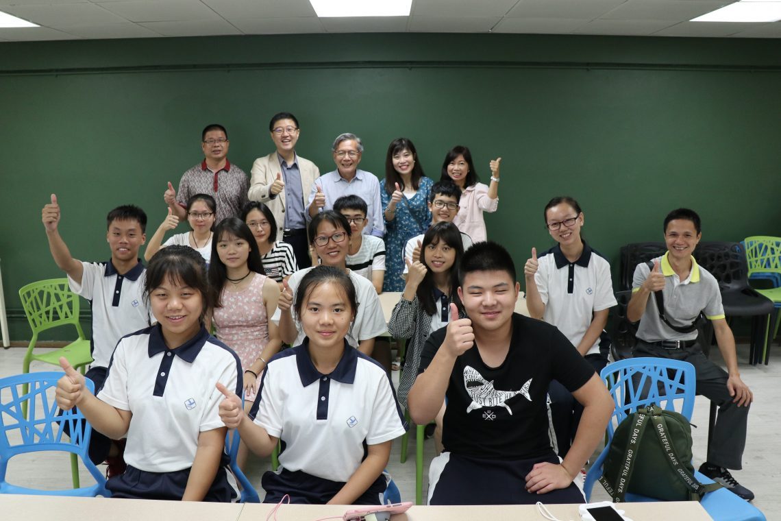 Group photo of Mr David Day, Chief Executive of the Tin Ka Ping Foundation; Professor Luk, Dean of School of Humanities and Social Science and Head of Department of English; teachers from the Department of English; and teachers and students from Dapu County Tin Ka Ping Experimental High School