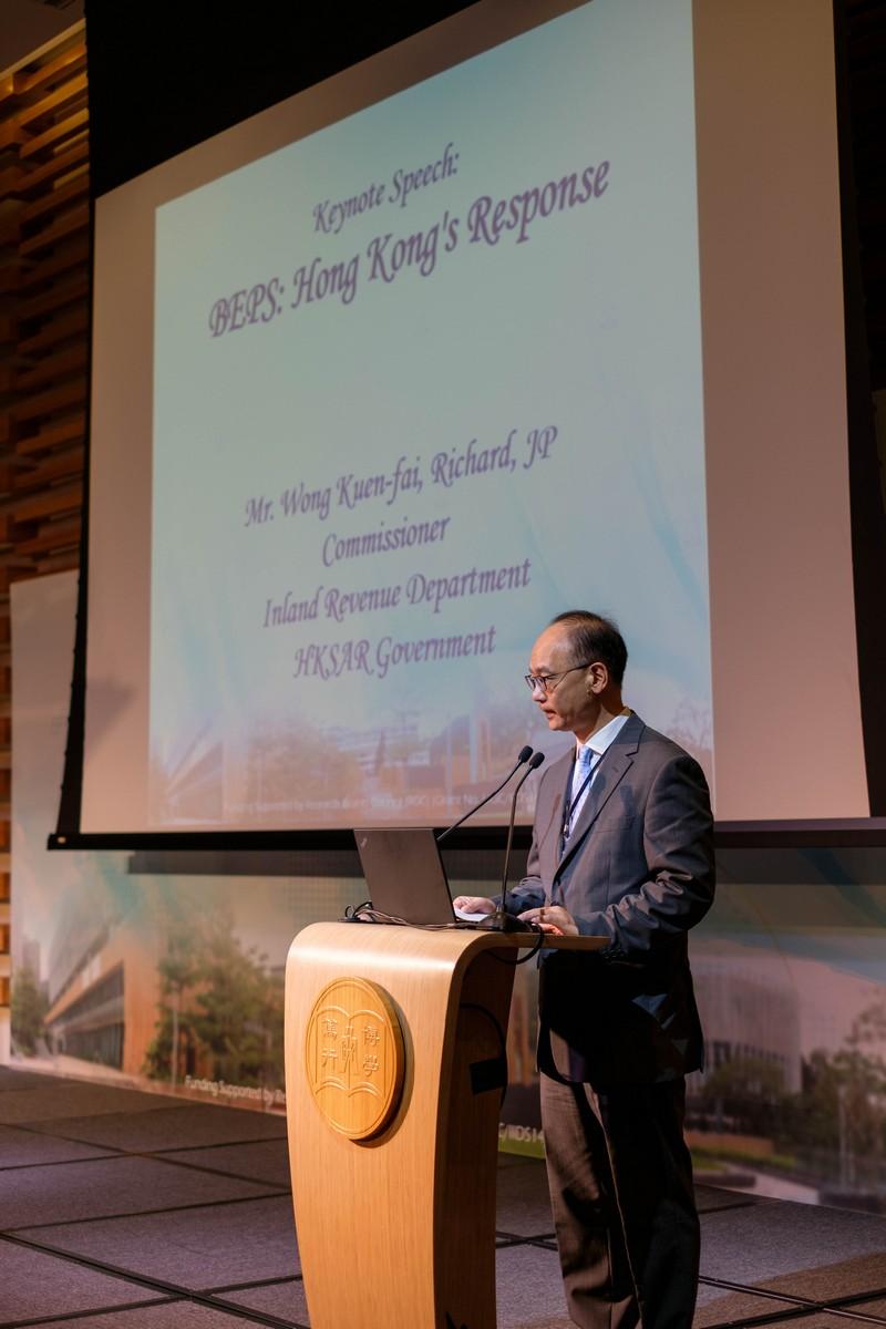 稅務局局長黃權輝先生JP作專題演講。