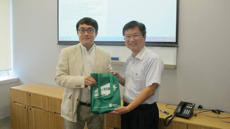 Associate Dean James Chang (right) presented a souvenir to Dr Lin.