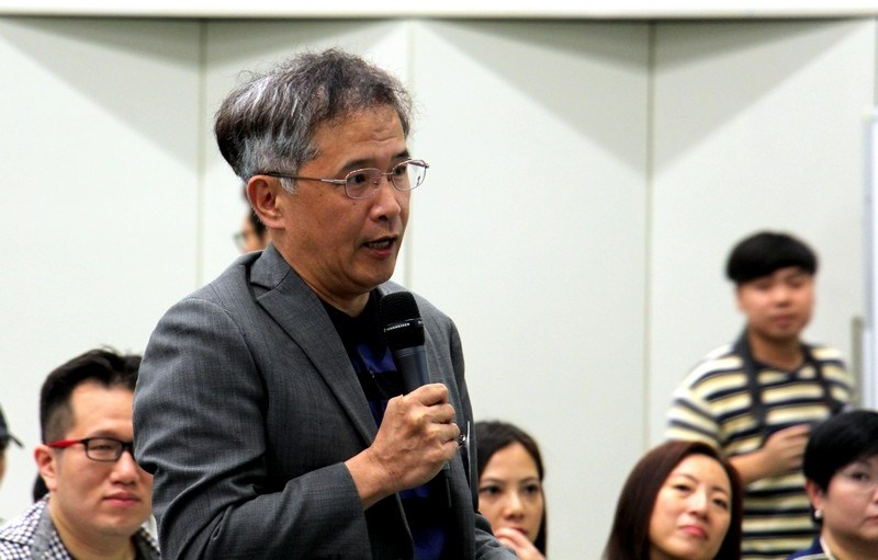 Professor Kao Lang, Head of Department of Social Science, raised questions.