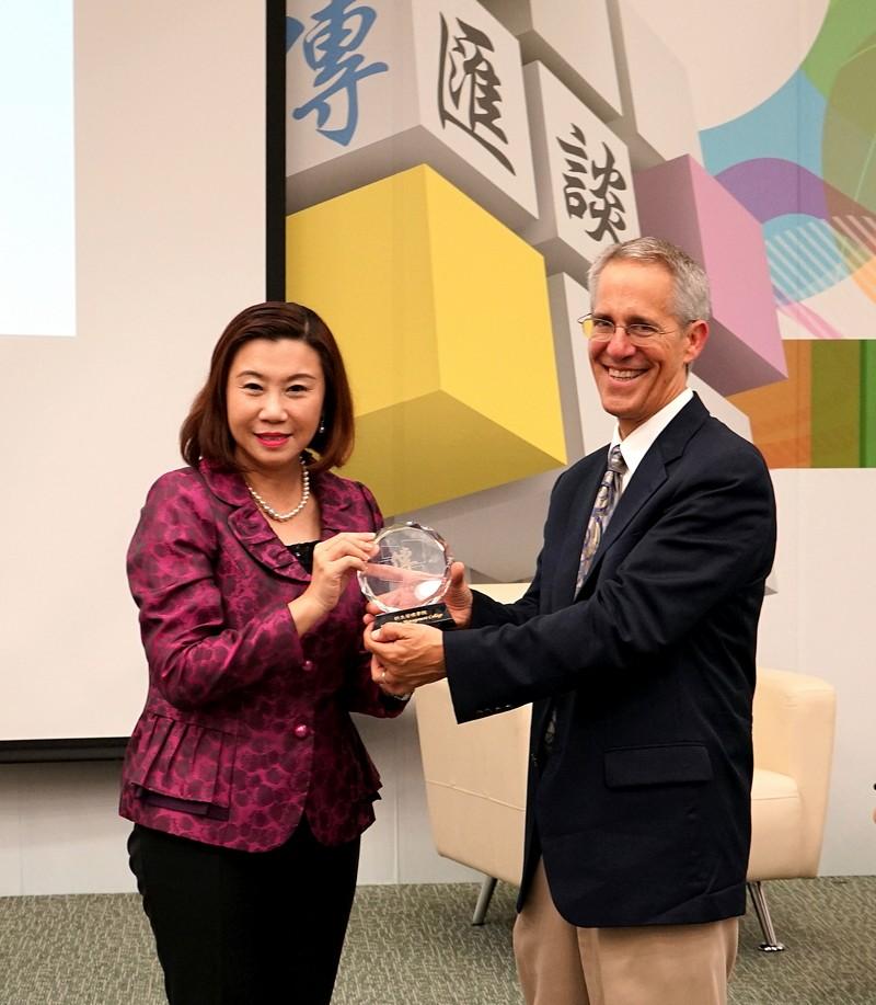 Dean Scarlet Tso presented souvenir to Professor Wasserstrom.