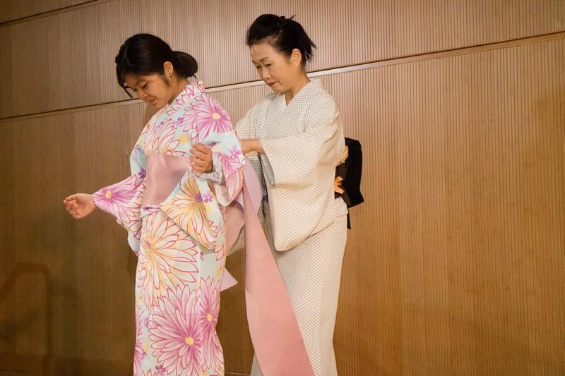 Chika Wakayagi (Chika) demonstrated how to wear a yukata.