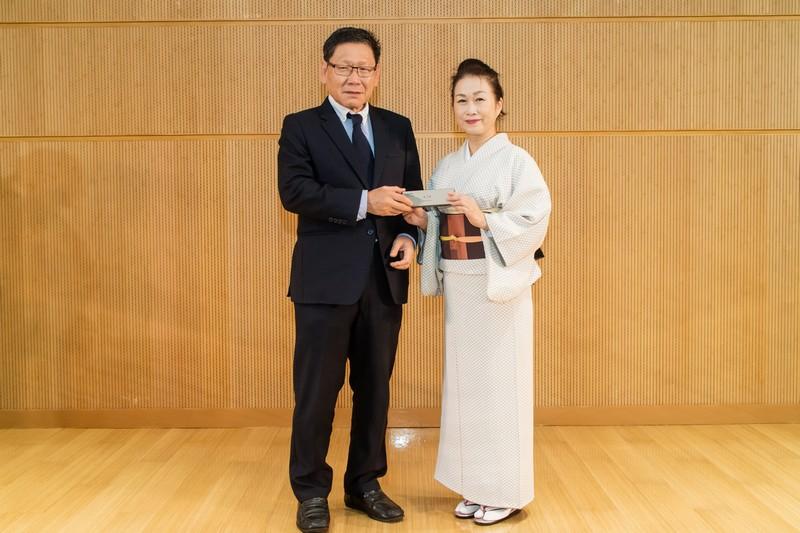 Provost Gilbert Fong, presented a souvenir to Chika as a token of thanks.