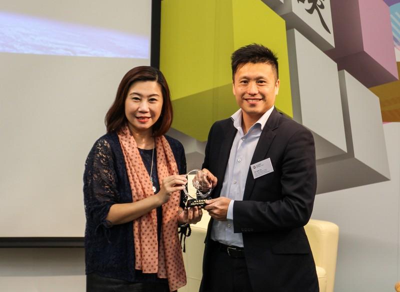 Dean Scarlet Tso presented a souvenir to Mr John Tse Chun Chung.