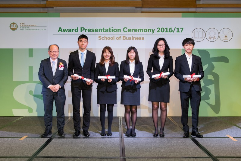 Dr Thomas Leung, BBA Programme Director, presented the awards to students.