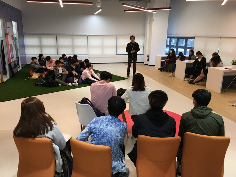Mr Gabriel Tam, Assistant Manager of Shop Marketing, sharing his experience with the students and introducing them HKTVmall's O-to-O marketing strategy.