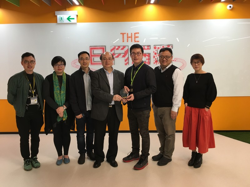 Professor Trevor Siu (middle) presented a souvenir to Mr Gabriel Tam (third from right).