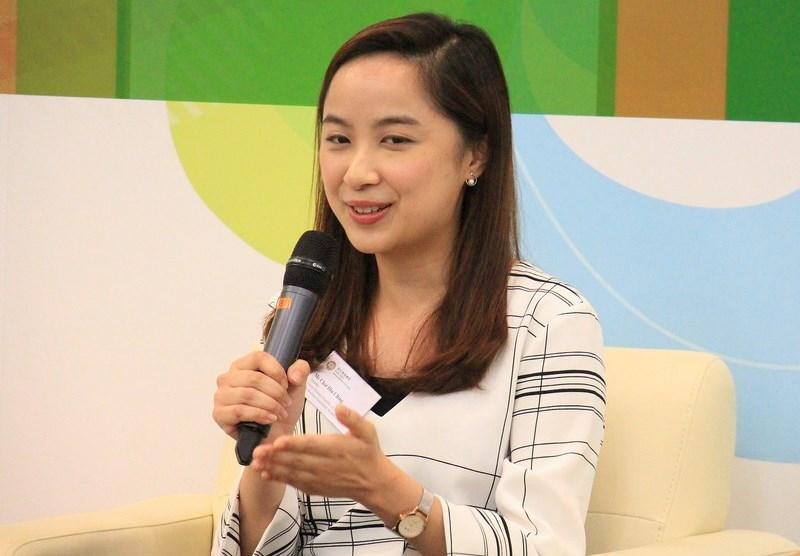 Ms Choi Hiu Ching, awardee of the Young Business Reporter of the Year, shared her experience as a financial reporter.