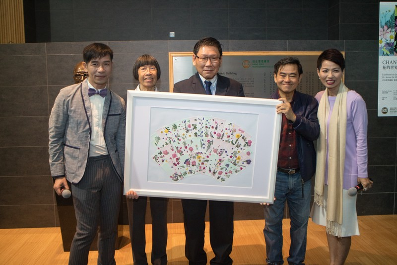 Group photo: HSMC Provost Gilbert Fong (middle), Hong Kong explorer Dr Rebecca Lee (2nd from left), renowned Hong Kong lyricist Mr Cheng Kok Kong (2nd from right), Dr Serina Ha (1st from right), and MC of the opening reception Mr Edwin Cheung (1st from left), holding HSMC students' works done at the workshop hosted by Dr Ha.