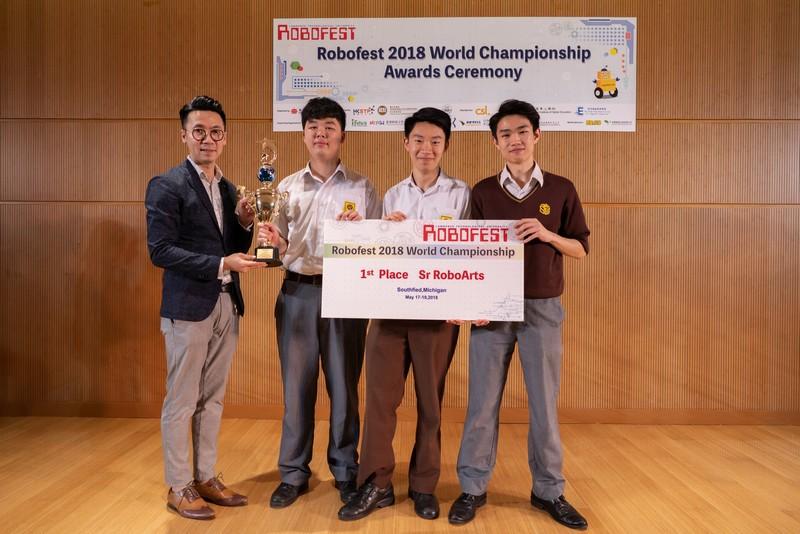 周銘成先生頒發獎杯給其中一支得獎隊伍。