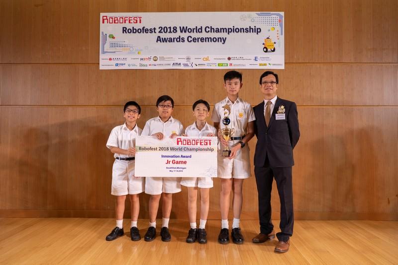 潘忠強教授頒發獎杯給另一支得獎隊伍。