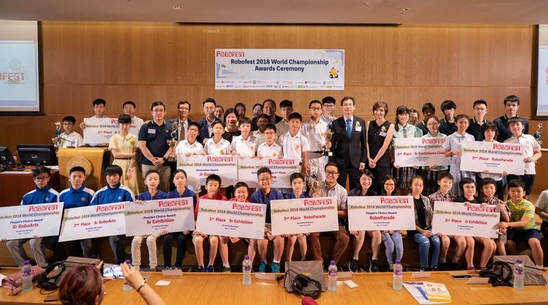 得獎隊伍與頒獎嘉賓為獲取佳績,感到欣喜。