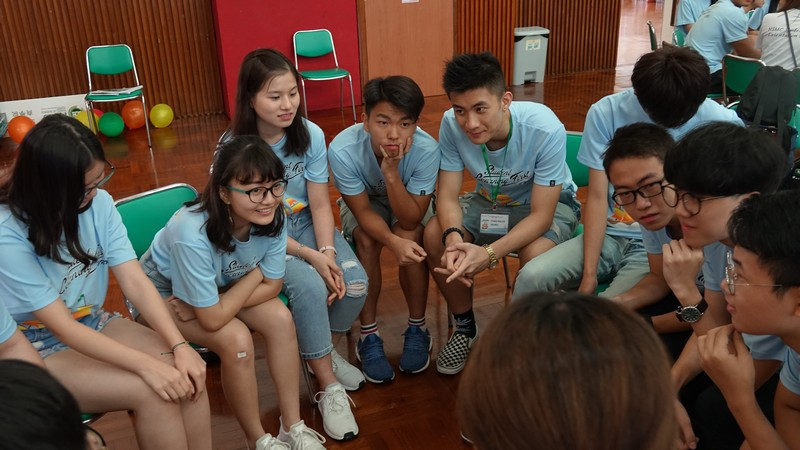 Freshmen of the School of Business during an ice-breaking game.