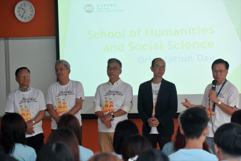 Professor Tam Kwok Kan, Dean of the School of Humanities and Social Science, and teachers of the School met the freshmen.