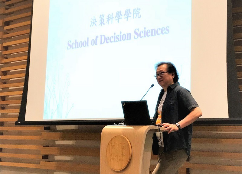 Professor Lawrence Leung, Dean of the School of Decision Sciences, welcomed the freshmen.