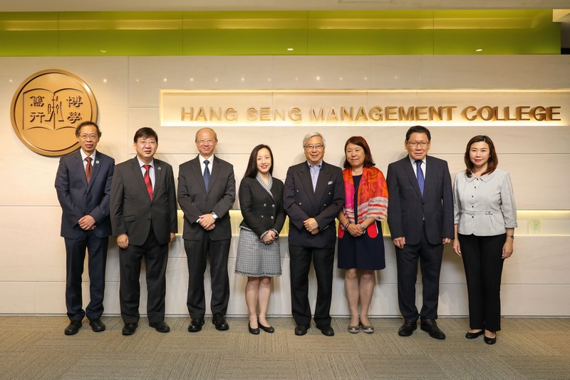Group photo of Ms Cheang (4th from left), Professor Hui (3rd from left), and Dr Li and Mrs Li (4th and 3rd from right) with President Ho (2nd from left) and other senior management of HSMC.