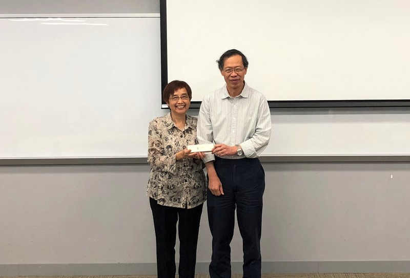 Professor Y V Hui (right) presented a souvenir to Professor Lilian Kwan.