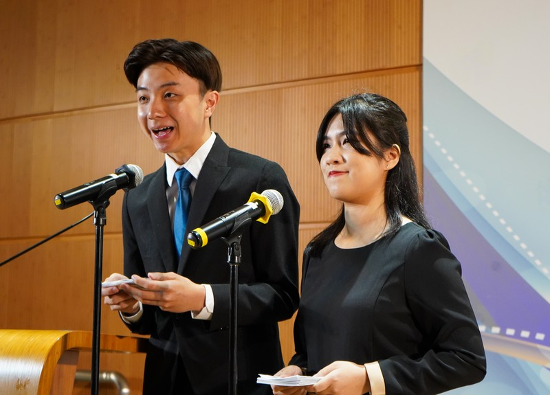Cheng Ka Lok & Kwong Chi Ching, students of the School of Communication, were the MCs of this year's Ceremony.