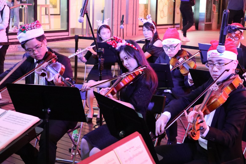 The orchestra performed a selection of festive music.