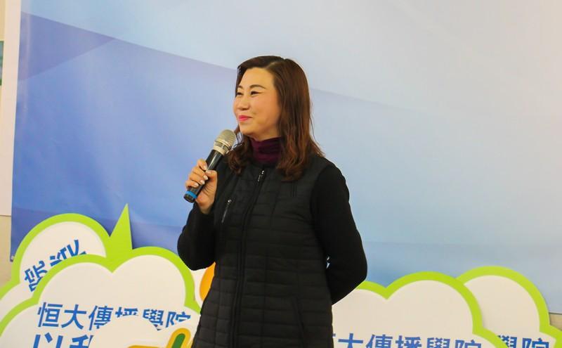 傳播學院院長曹虹教授熱烈歡迎校友。