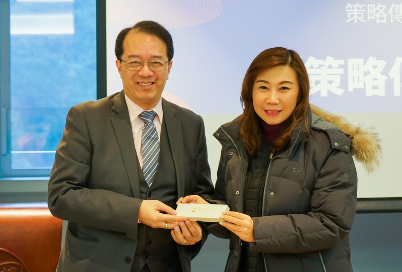 Professor Scarlet Tso presented a souvenir to Mr Richard Tsang, Chairman of The Strategic Public Relations Group (SPRG)