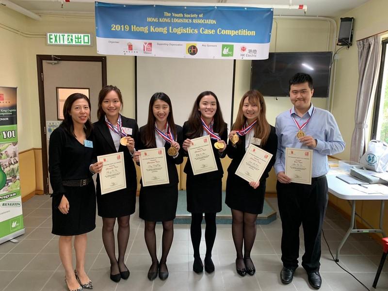 (左二起) 四位供應鏈管理工商管理四年級生張敏儀、 鄭穎晴、麥嘉希、林雅君組成的隊伍在比賽中榮獲冠軍及「最具成本效益獎」。