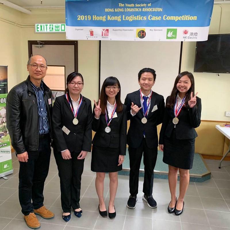 (右一) 供應鏈管理工商管理四年級生李樂怡所屬聯校隊伍榮獲亞軍。
