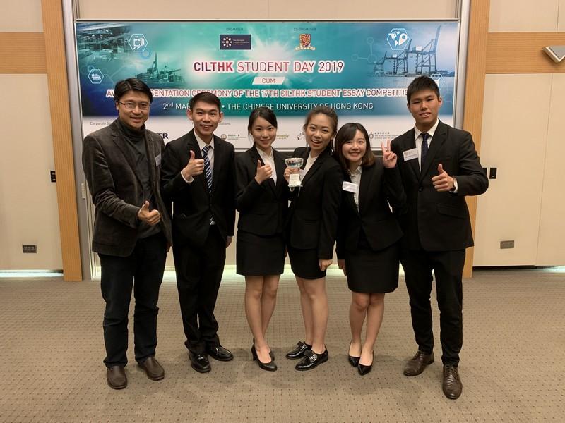 (左起) 指導老師黃彥璋博士與得獎隊伍