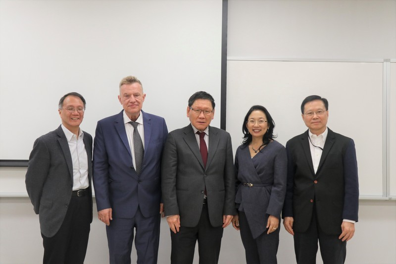 Professor Gilbert Fong, Provost and Professor Kwok-kan Tam, Dean of SHSS welcomed Professor Michael Lackner, Director of International Consortium for Research in the Humanities (2nd from left), Dr Yan Xu-Lackner, Director of Confucius Institute Nuremberg-Erlangen (2nd from right), and Professor Tze-ki Hon from Department of Chinese and History of City University of Hong Kong (1st from left).