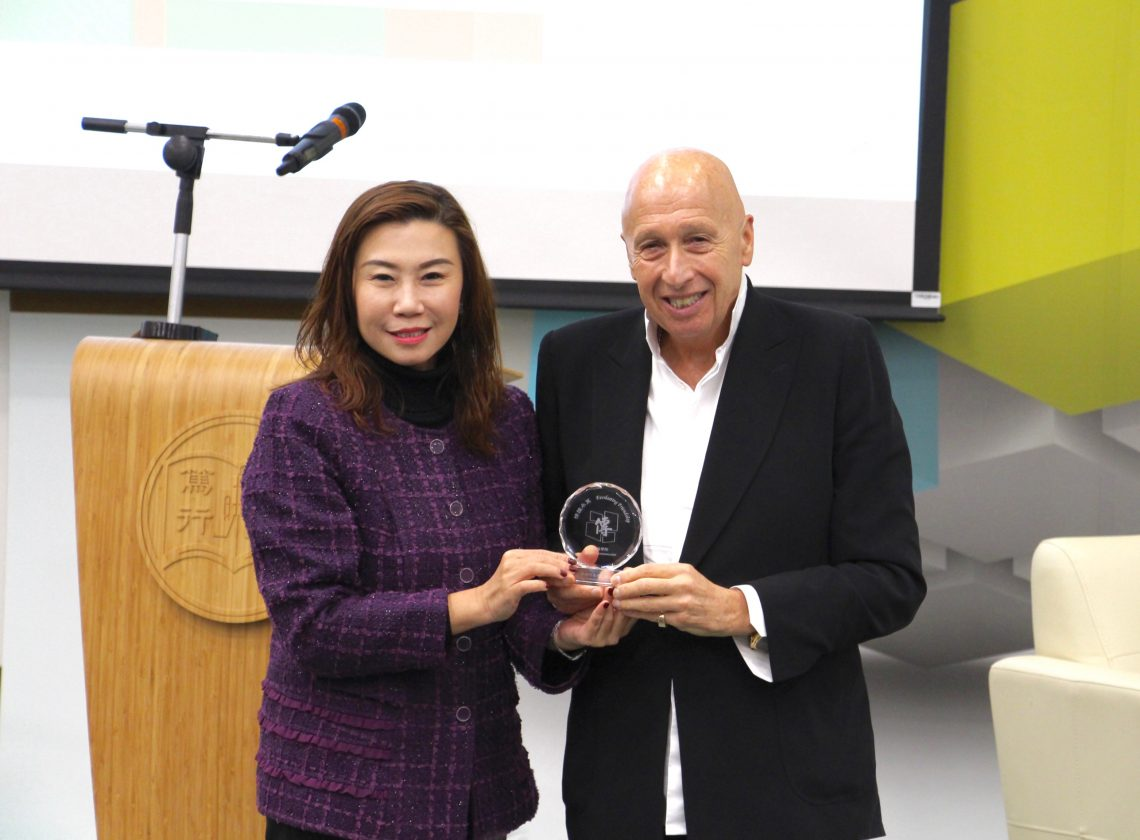 Prof Scarlet Tso, Dean of School of Communication, presented a souvenir to Mr Zeman.