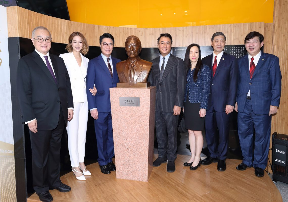 The officiating guests officiated at the ceremony for the unveiling of the first bronze bust of Dr Lee Shau Kee in Hong Kong in recognition of Dr Lee's contributions to the University and to education.