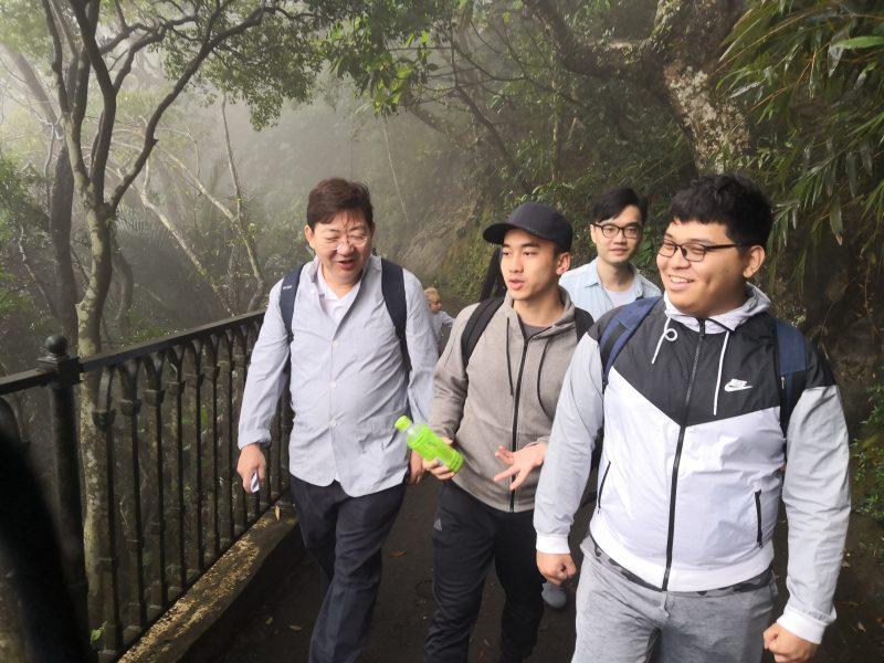 大霧和驟雨無損參加者興致