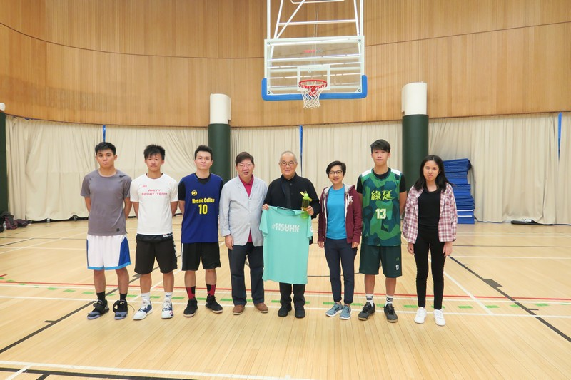 Student representatives from each RC presented souvenirs to Dr Moses Cheng to express their gratitude for his support to the Council Chairman Bowl.