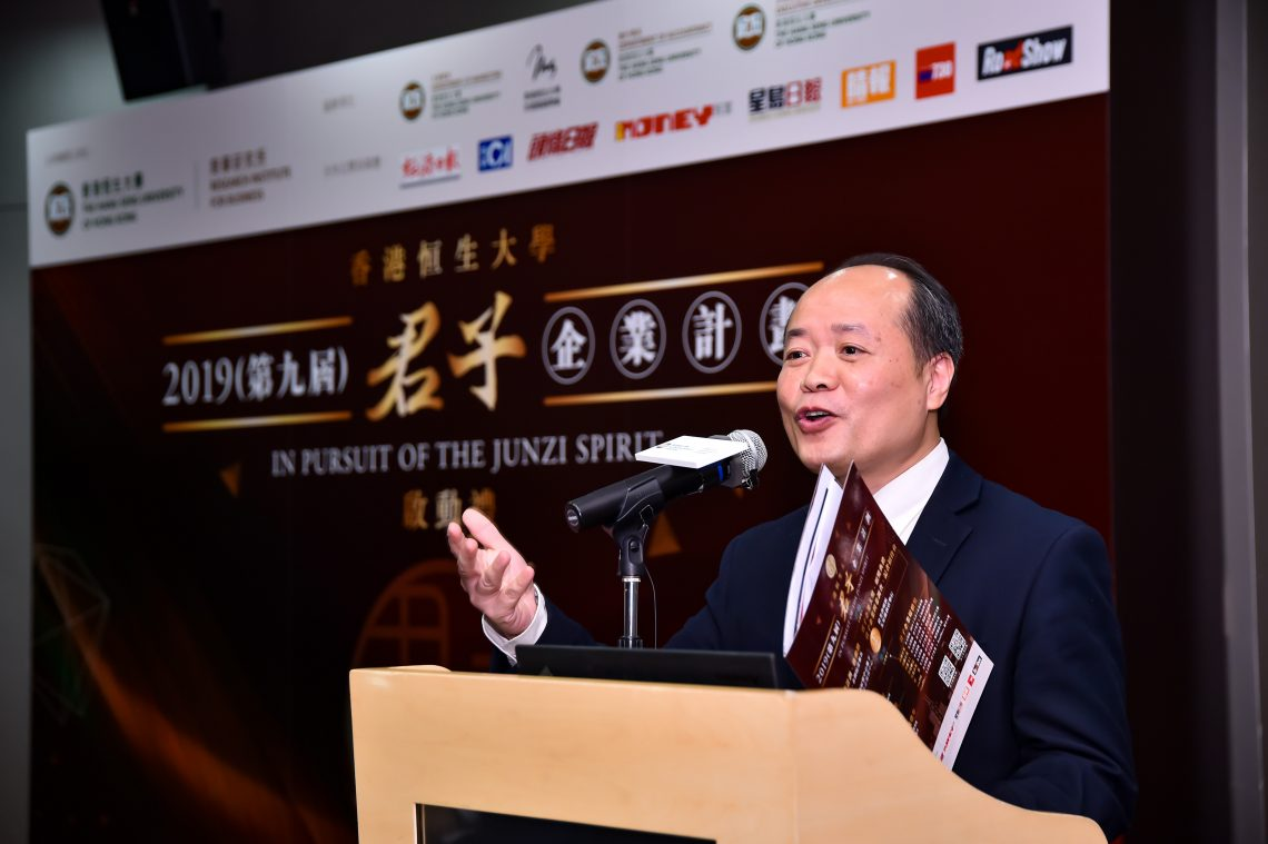 """Dr. Kelvin HO Kwok Wai, a Lecturer of Department of Marketing of HSUHK, explained the details about the """"Junzi Corporation Award""""."""