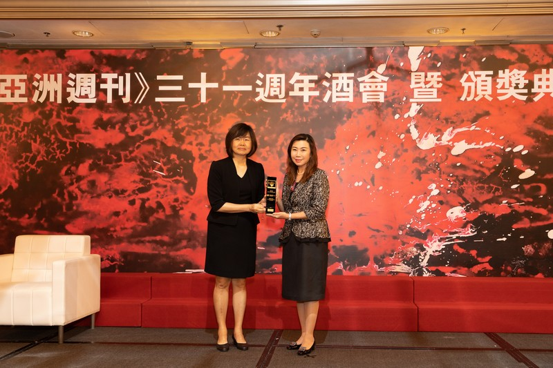 Ms Tiong Choon, Executive Director of Media Chinese International Limited presented the award to HSUHK.