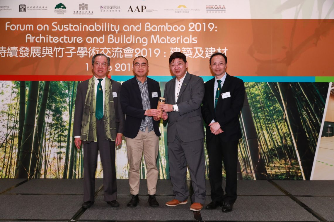 President Simon Ho, Mr Martin Tam and Vice-President (Organisational Development) Dr Tom Fong presenting souvenir to Mr Kenneth Yiu, representative of the Forum's Sole Diamond Sponsor Build King Holdings Limited (second from the left).