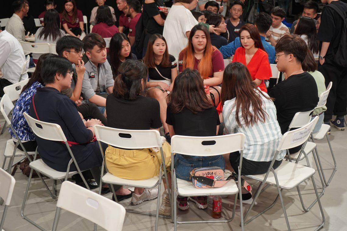 歌手菊梓喬與傳播學院師生打成一片