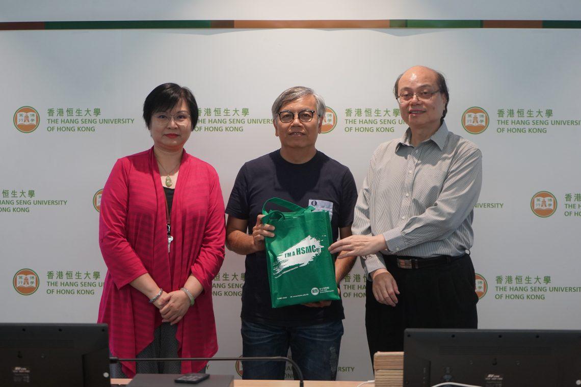 傳播學院融合媒體與傳播科技課程總監蕭旭泰教授致送紀念品予田啟文會長