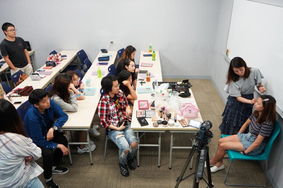 楊佩佩小姐向同學講解及示範專業化妝技巧