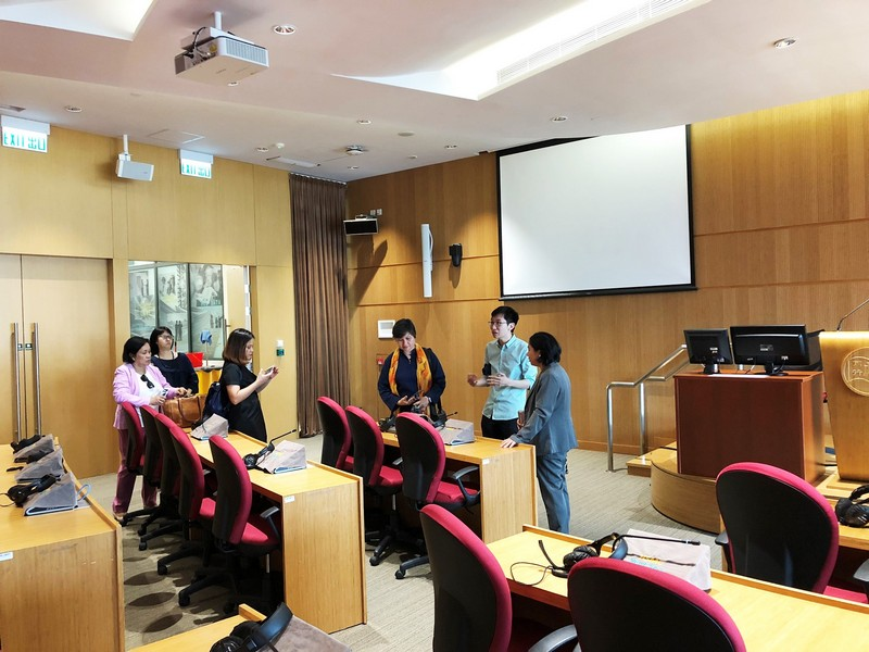 The guests visit the Fung Yiu King Hall, which is equipped with state-of-the-art interpreting facilities compliant with UN conference standards.