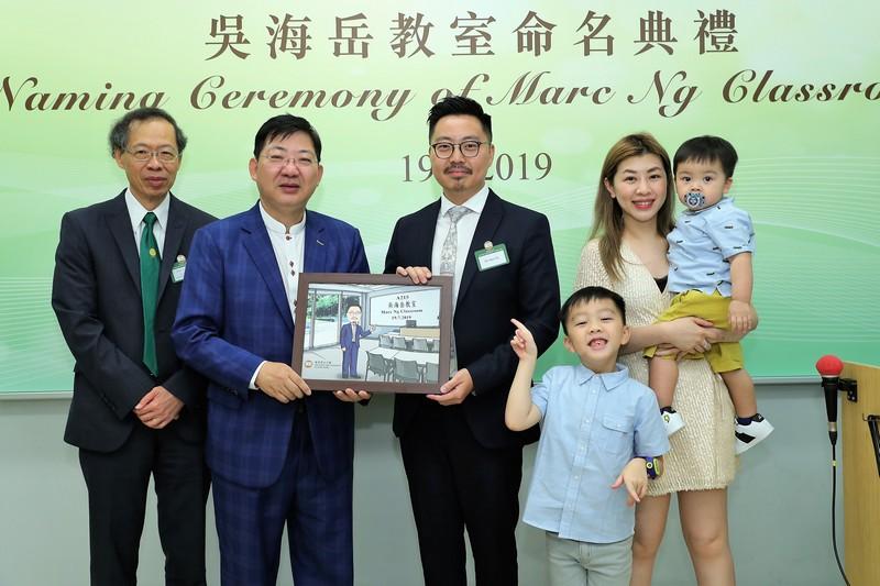 何順文校長(左二)及許溢宏教授(左一)向吳海岳先生(左三)致送紀念品,以表謝意。
