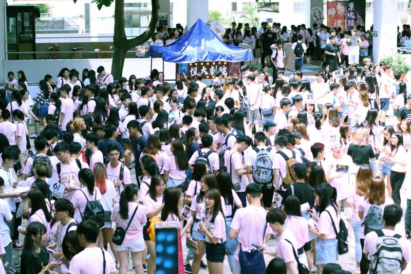 """New students visited the booths arranged by student organisations at """"恒薈"""""""