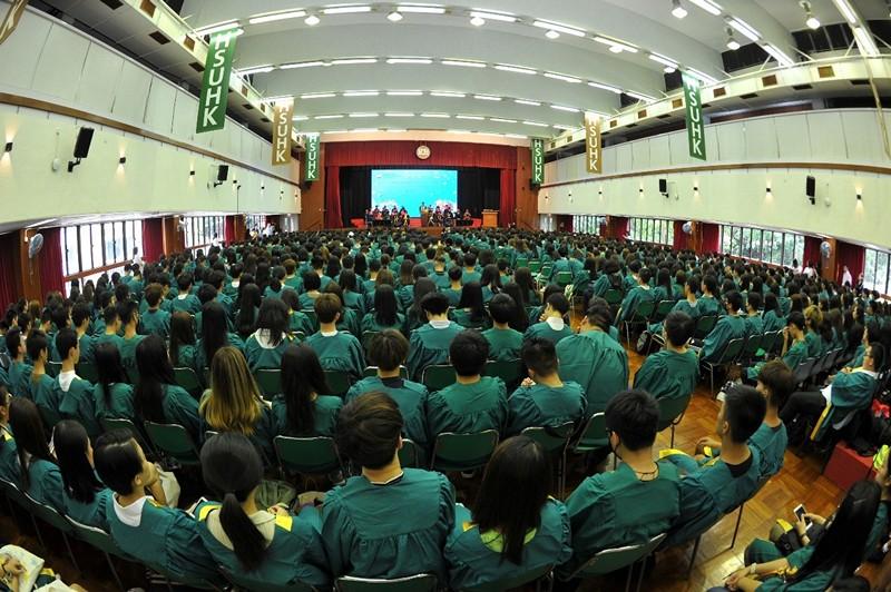 禮堂坐滿出席恒大新生入學禮的新生,場面非常熱鬧[;]